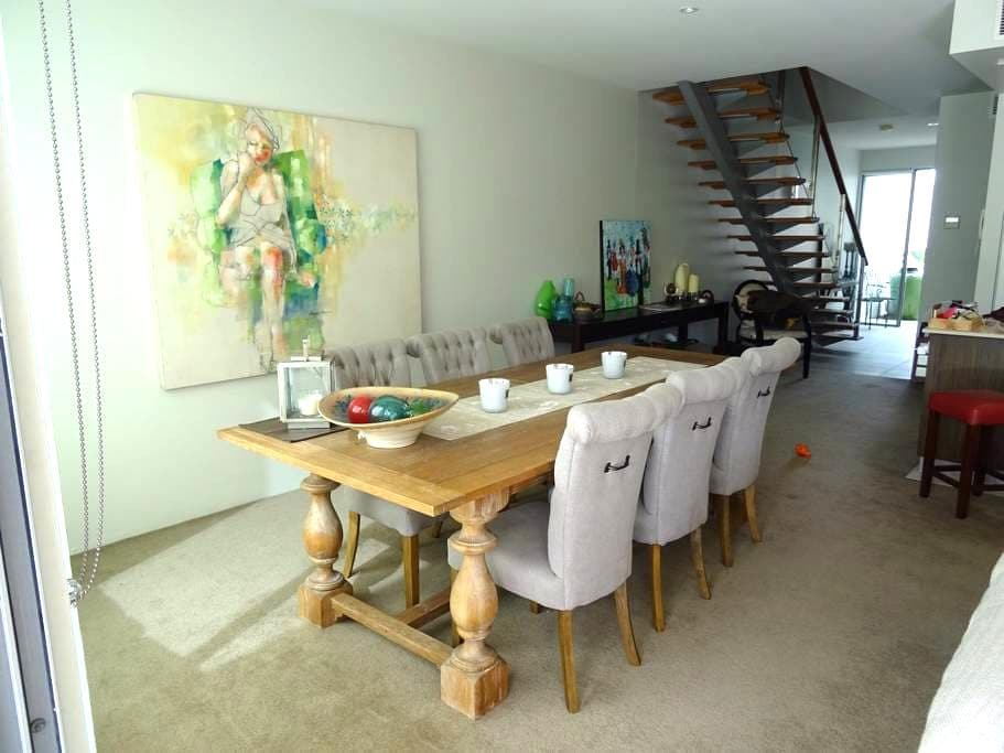 Close to everything with pool & gym - Sherwood - Townhouse