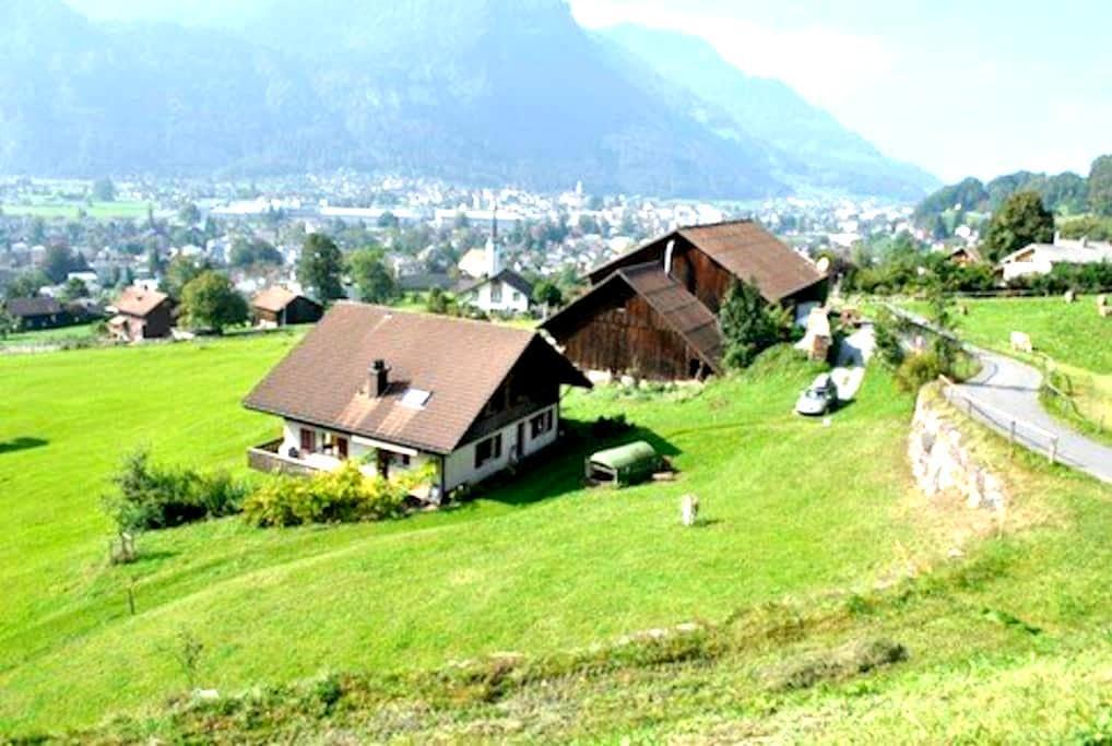Bauernhaus, zentral und ländlich - Mollis