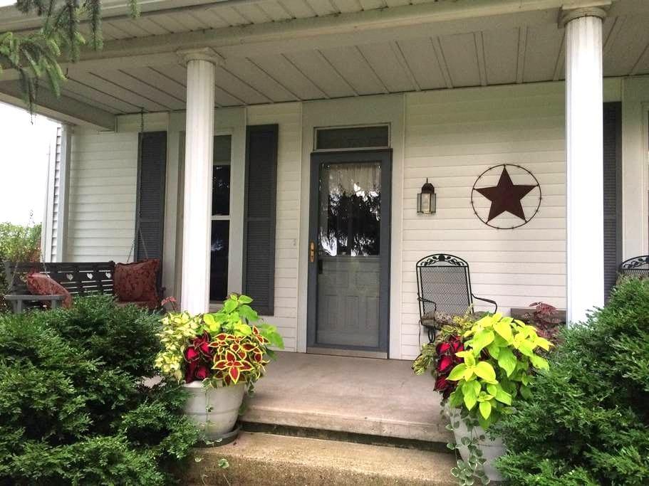 Turn of the Century Farmhouse - Bedroom #1 - Rockville - Casa