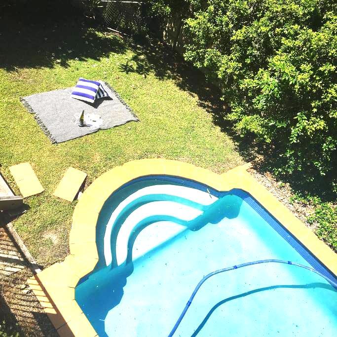 Leafy quiet 1 BR with pool - Bardon - Casa
