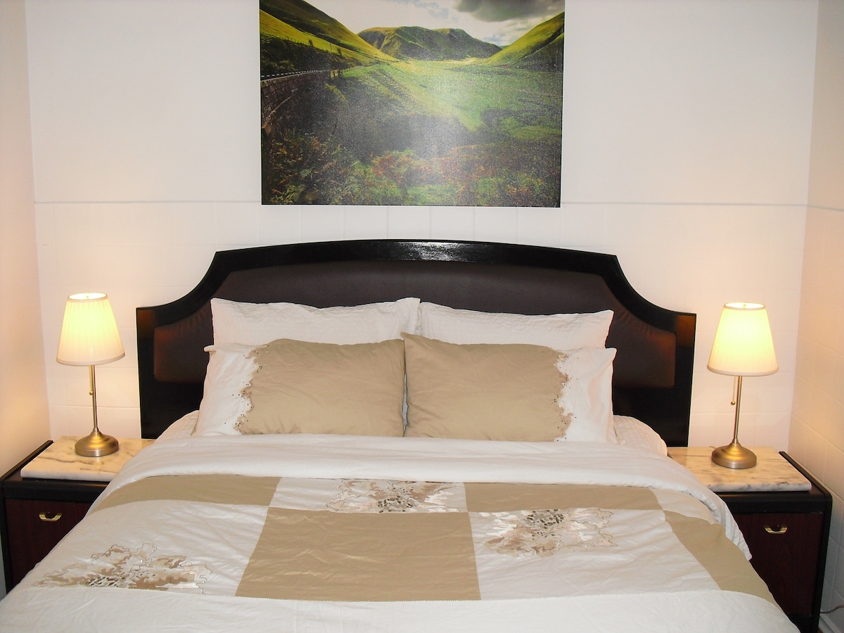 Plush and comfortable bed with fresh, clean and crisp top quality bed sheets