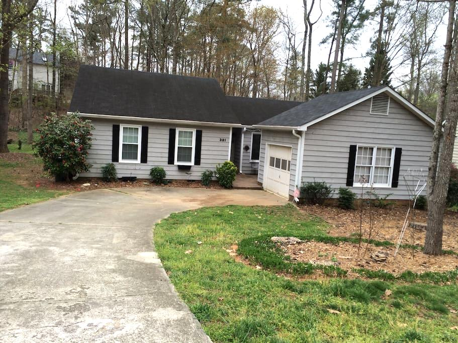 Warm and Inviting Ranch-style Home - Cary - บ้าน