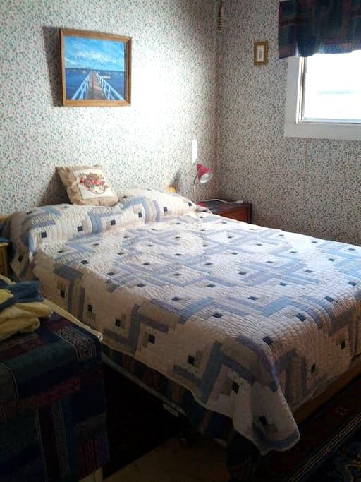 Private room in quiet neighborhood, near downtown - Fredericton - Hus