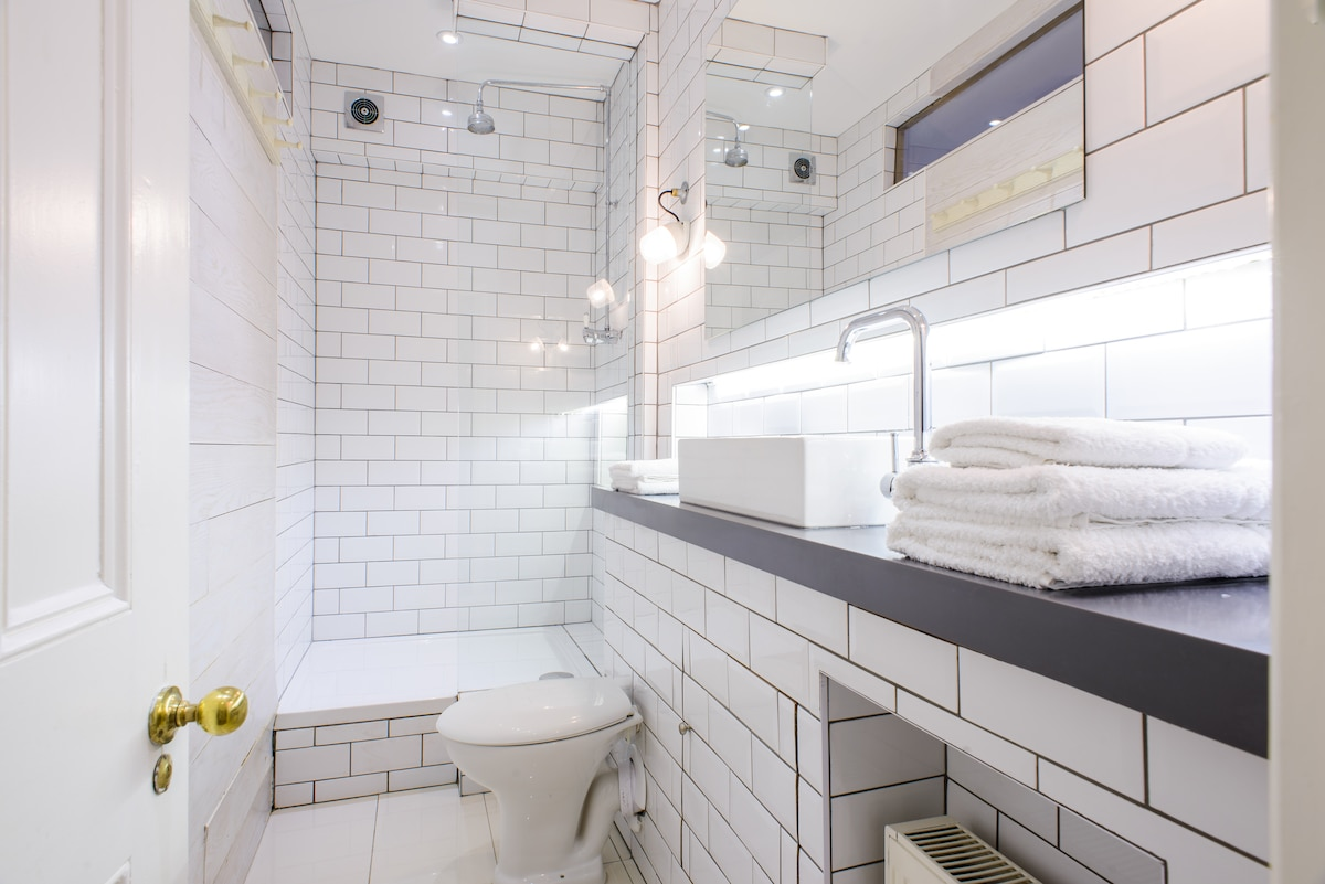 Luxury, Hotel/Spa style bathroom with awesome shower and hairdryers / straighteners