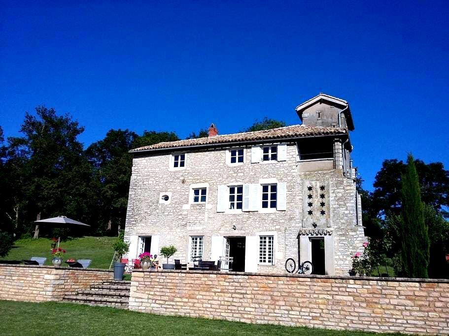 Belle maison ancienne dans les hauteurs deTournus - Tournus - Casa