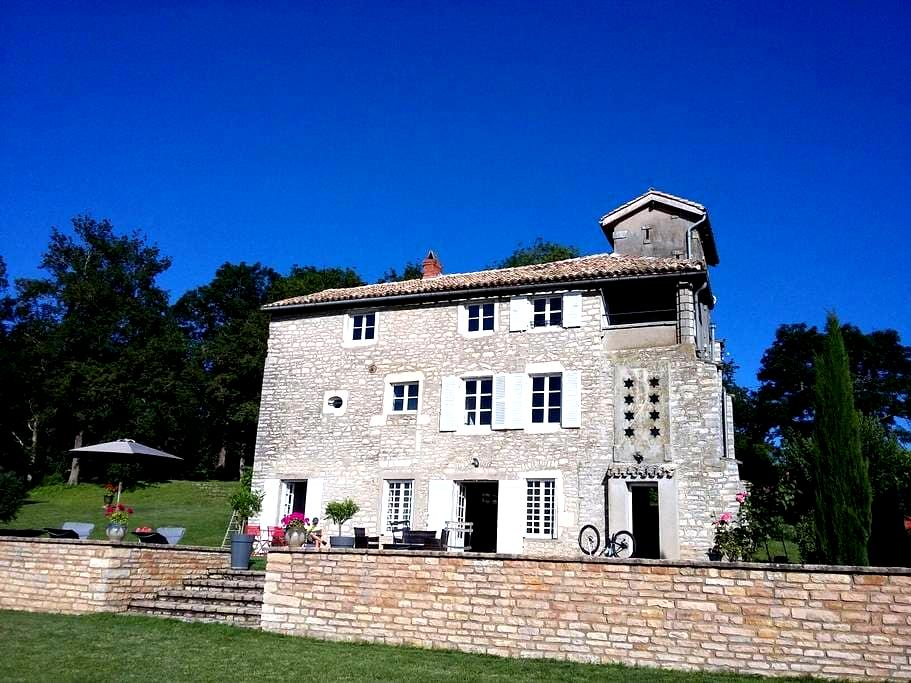 Belle maison ancienne dans les hauteurs deTournus - Tournus - Dům