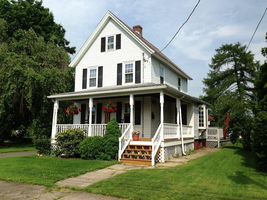 Comfortable private suite in 1850's farmhouse - Westfield - Ev