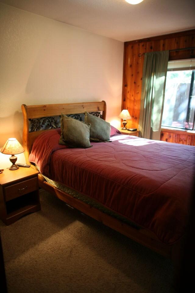 Bedroom 1 (queen-sized bed)