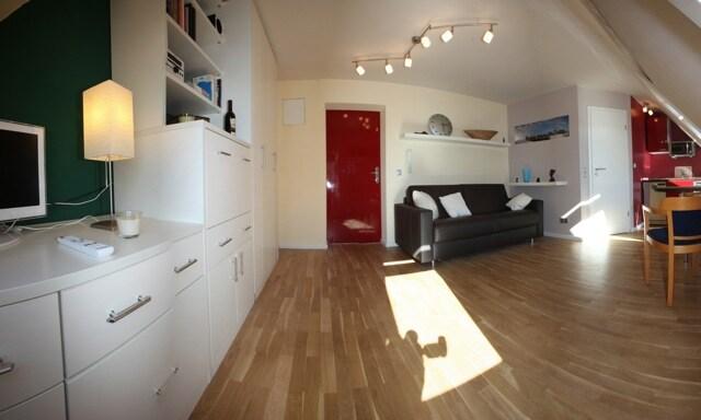 sonniges WohnSchlafzimmer, stabile Schlaf-Couch/Bett 140x200cm, TV, HiFi, etc...