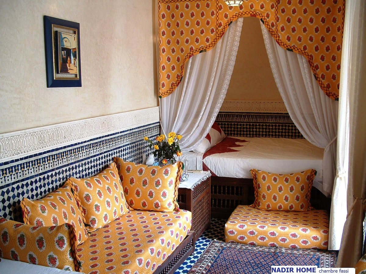 """Pour 2 personnes, la chambre double de style """"fassi"""" (salle de bain avec douche, canapés, climatisation)"""