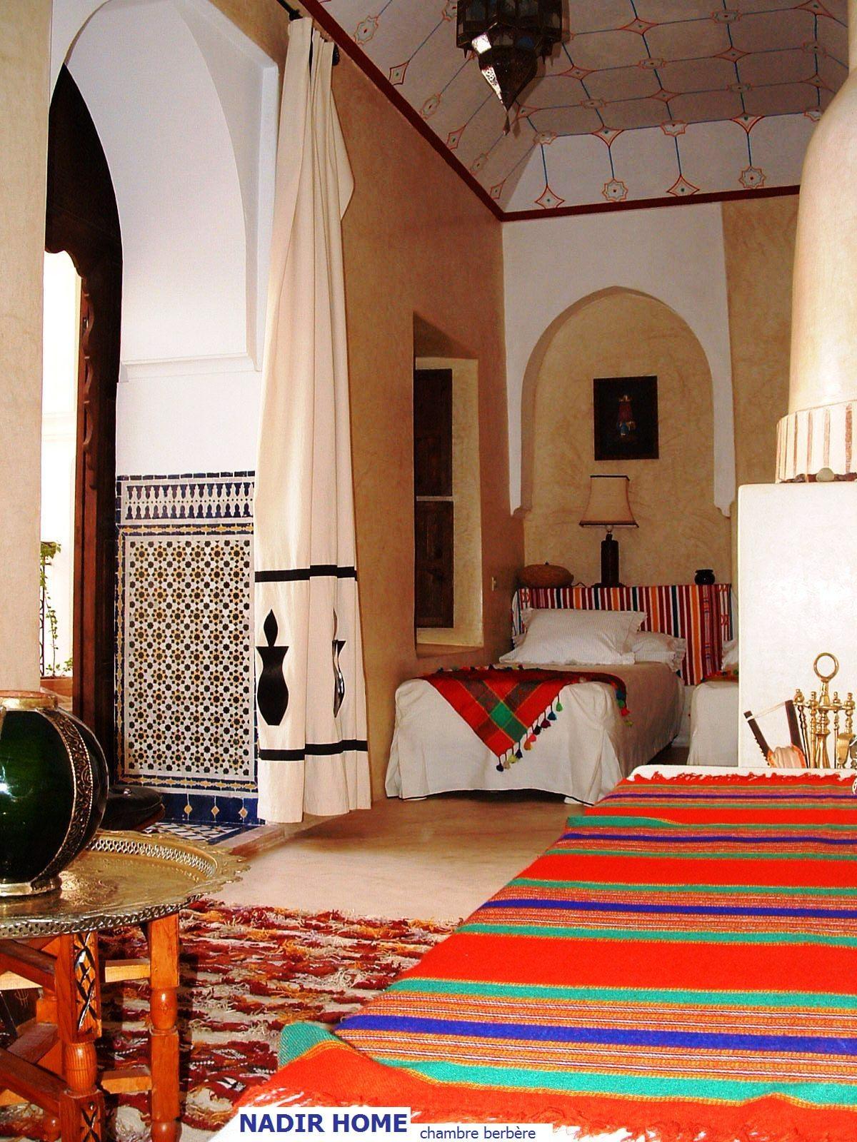 """La chambre """"berbère"""" accueille jusqu'à 3 personnes (3 lits simples, salle de bain avec douche, climatisation, cheminée)"""