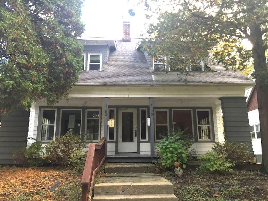 Cleveland Heights. 1495 Parkhill, - Cleveland Heights