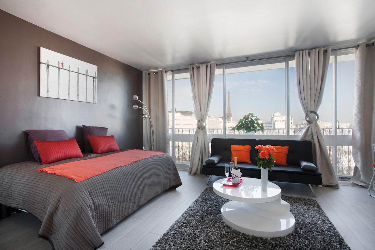 Main room with view of Paris