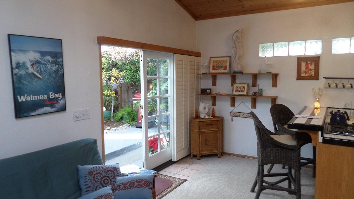 Cute & Cozy Pleasure Point Cottage