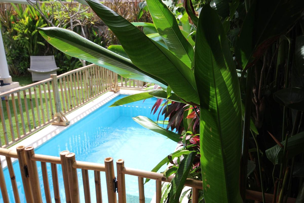 Removable swimming pool fence on request.  (Also baby cot and high chair available) (1 barriére de protection peut être installée sur demande pour la securité de vos petits, nous pouvons aussi fournir un lit parapluie, une chaise haute, 1 gilet de baignad