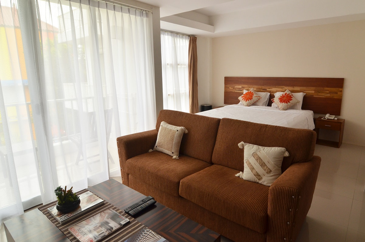 The bedroom and living room are arrange in an open plan, the space looks spacious!