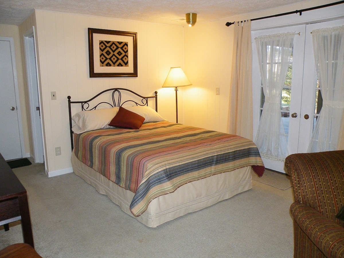 Queen bed & Private entry