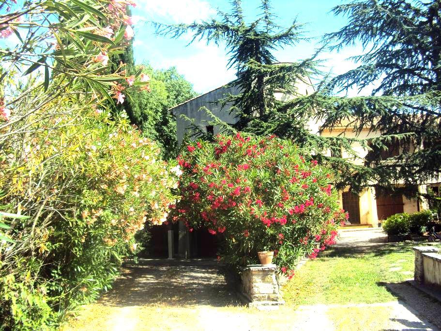 Appt 70 m2 ds grde maison  calme nature  2.5 km CV - Nimes - Lägenhet