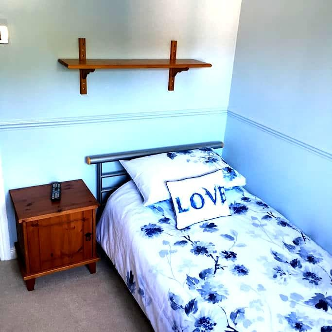 Single bedded room with wardrobe - Hedge End - House