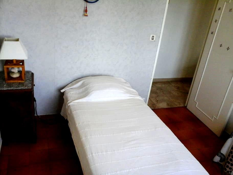 guests bedroom, quiet, closed to city and services - Villeneuve-lès-Avignon - Casa