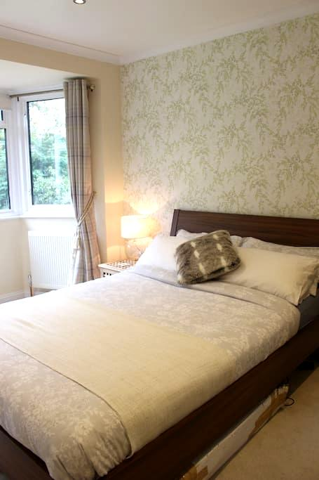 Beautiful Room only 30mins from Central London - Purley - Hus