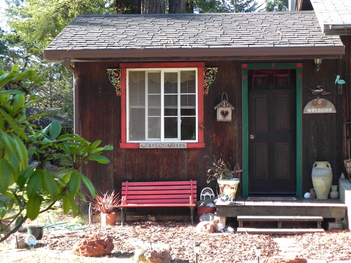 Charming  little detached guest room with private bath. You will love it!