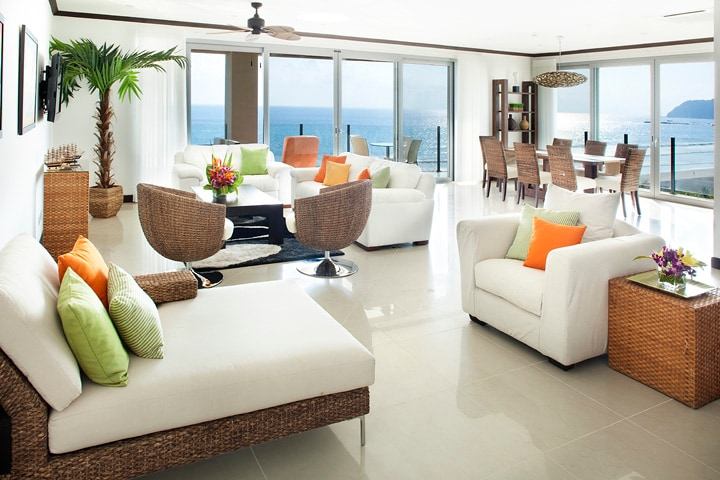 Living room with an spectacular panoramic view and luxurious furnishings