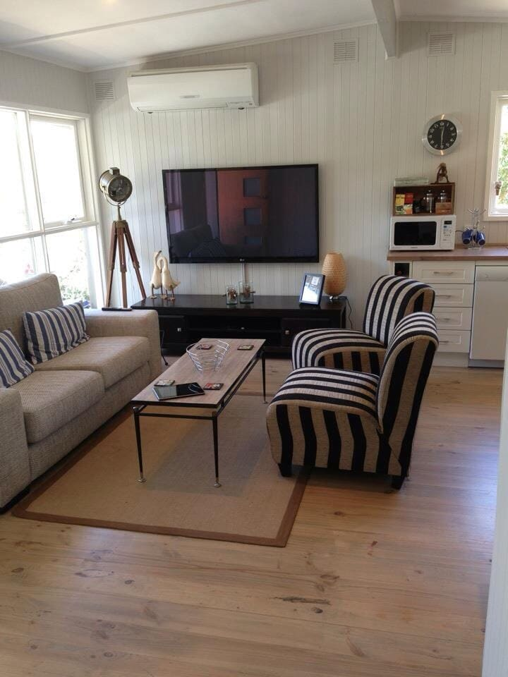 Large TV for relaxing and lounging - perfect for the tennis!