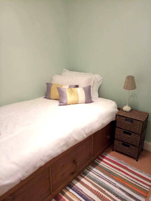 Immaculate single room for ladies in Edinburgh. - Edinburgh - Apartment