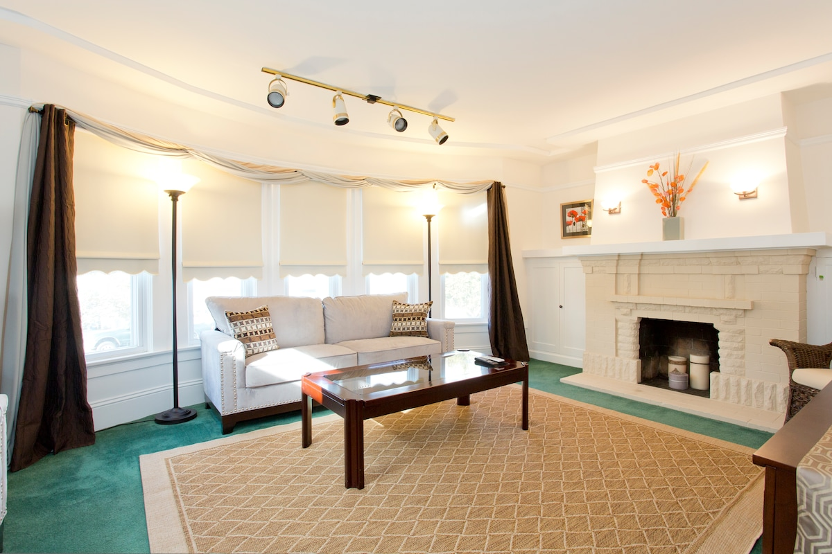 Cozy suite with office & parking