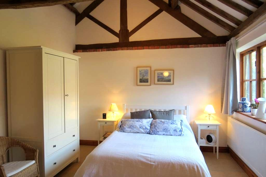 PRIVATE WING IN CONVERTED BARN WITH DOUBLE BEDROOM - Great Massingham