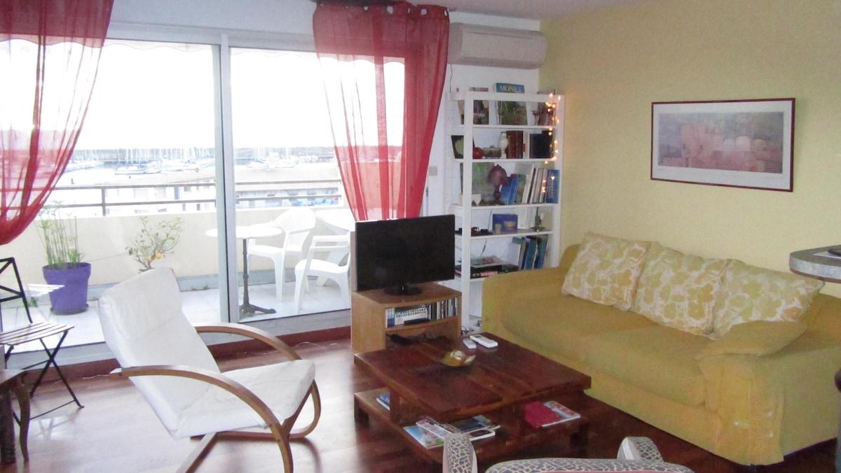 Le salon et la vue de la terrasse Port de plaisance et la mer