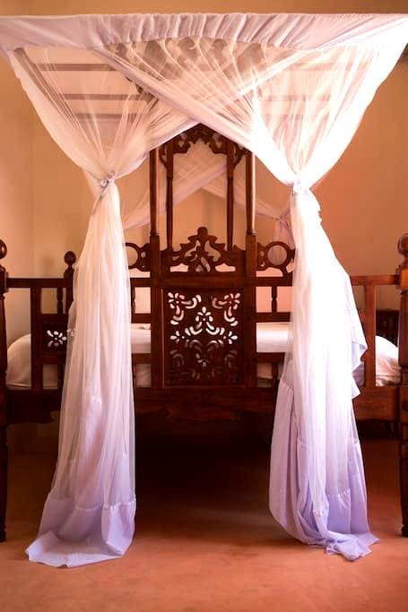Five private self contained rooms - Stone Town - 家庭式旅館