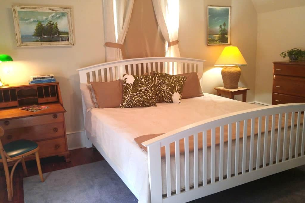 Spacious room/suite in 1890's restored farmhouse - Tallahassee - House