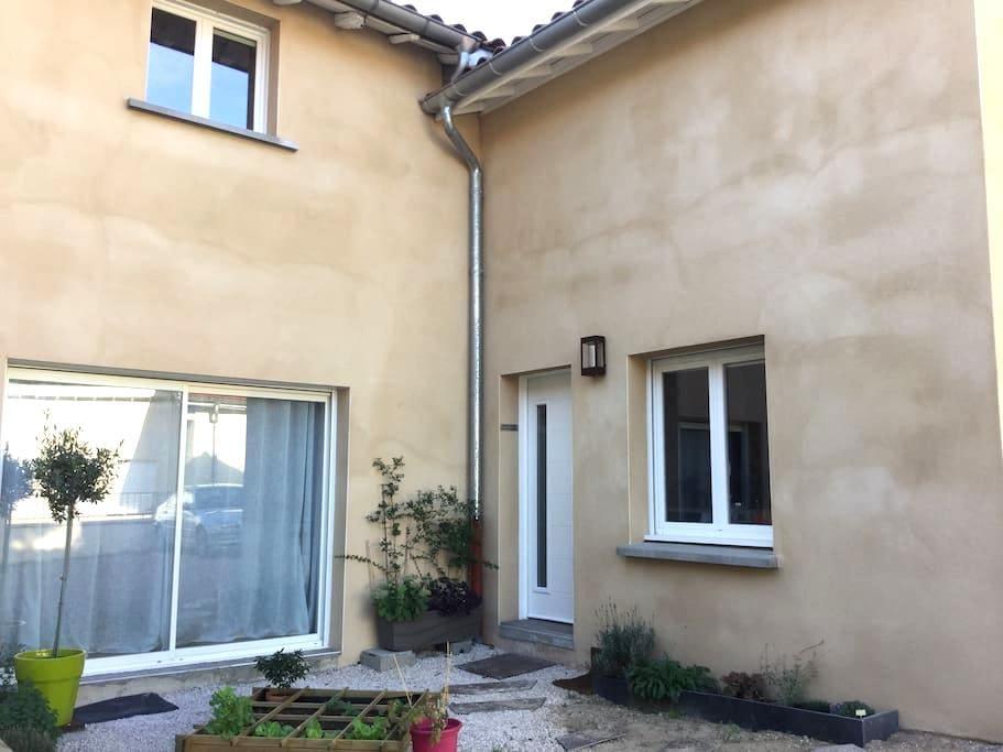 Chambre calme dans belle maison - Lentilly - Hus