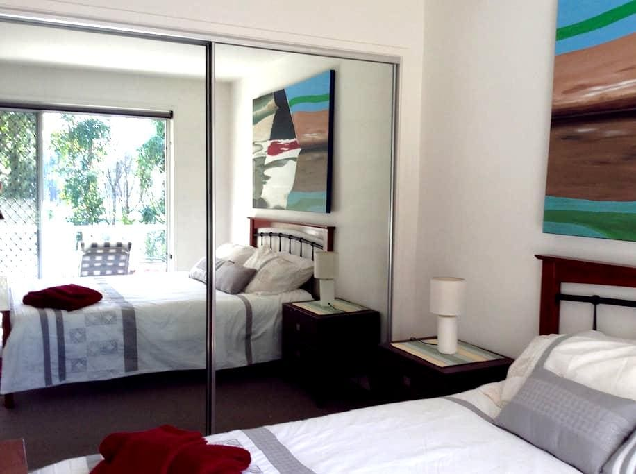 upstairs private room queen bed - Hope Island - House