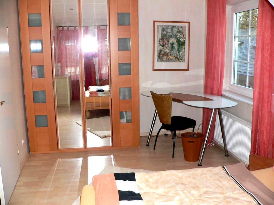 Möbl nice attic room with bath - Neu-Isenburg - Huis