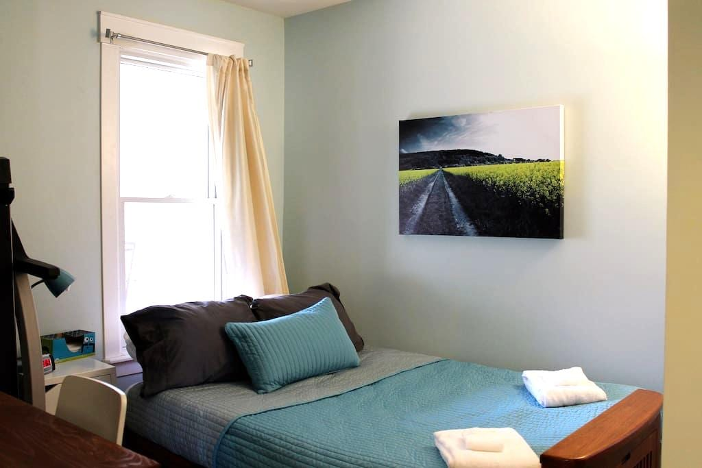Cozy, private room: short walk to Mass Ave - Indianapolis