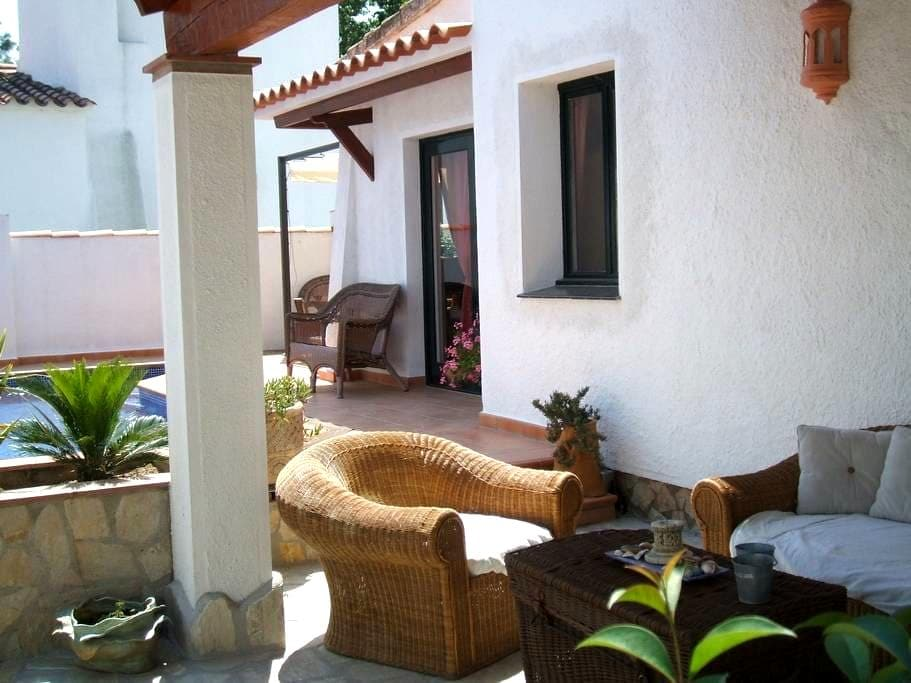 Private villa with private pool and closed garden. - Empuriabrava - บังกะโล