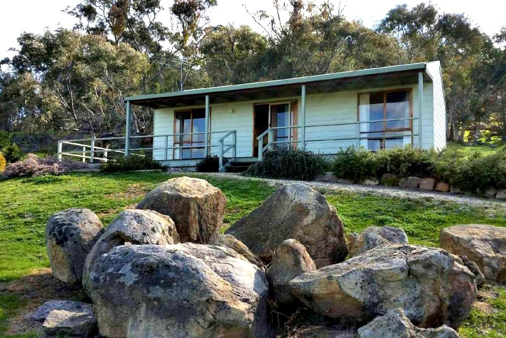 Warby Cottage - mountain views - Wangaratta South - Bed & Breakfast