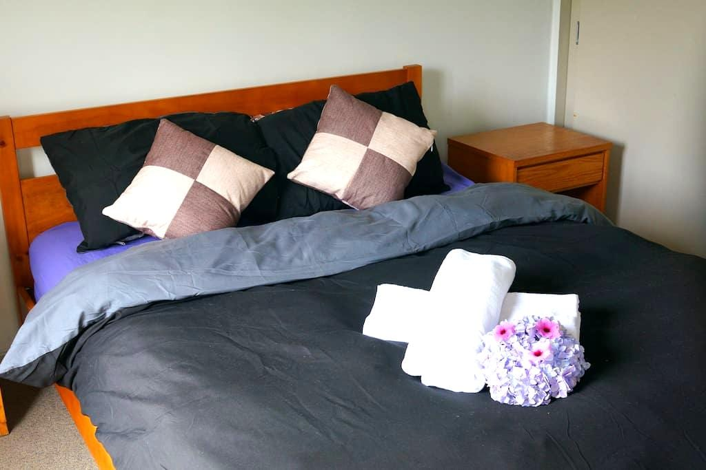 COMFY BIG BED CLOSE TO TRAINS/BUSES/SHOPS - Auckland - Townhouse