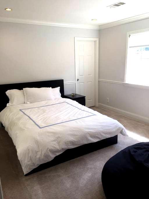 Sleek room with private ensuite bathroom - East Palo Alto - Casa