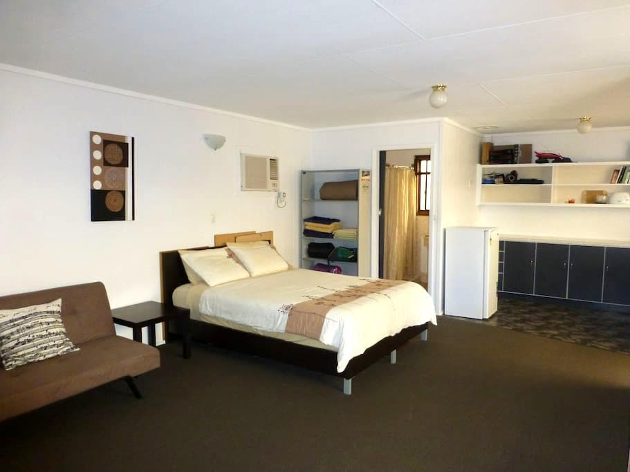 Self contained granny flat& ensuite - Woodville West - Apartment