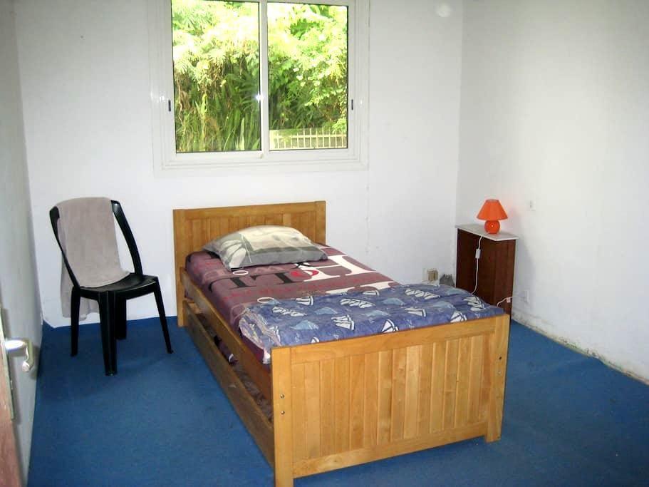chambre dans maison sympa vue mer - Sainte-Clotilde - House