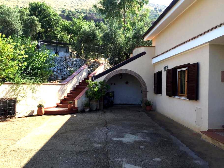 Stunning villa amongst hills and clear blue sea - Itri - Villa