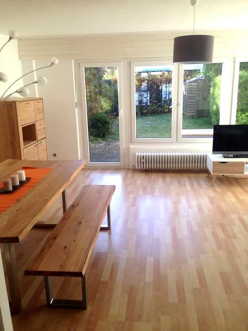 Reihenhaus neu möbliert mit Massivholzmöbel - Ottobrunn - Řadový dům