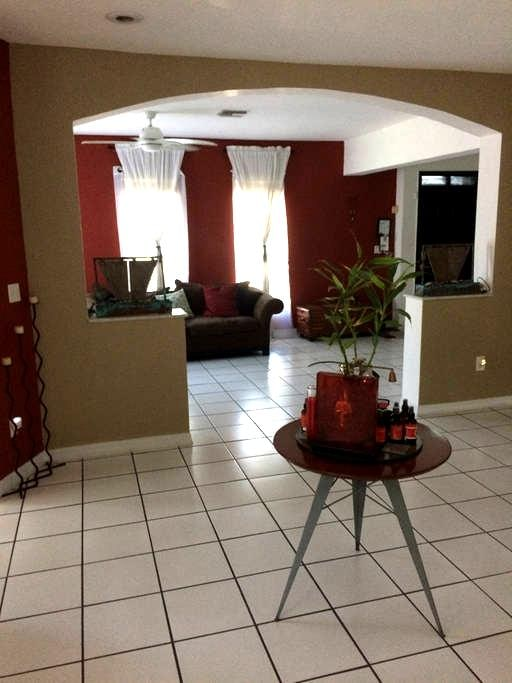 Lovely private home 8 minutes from airport. - West Miami