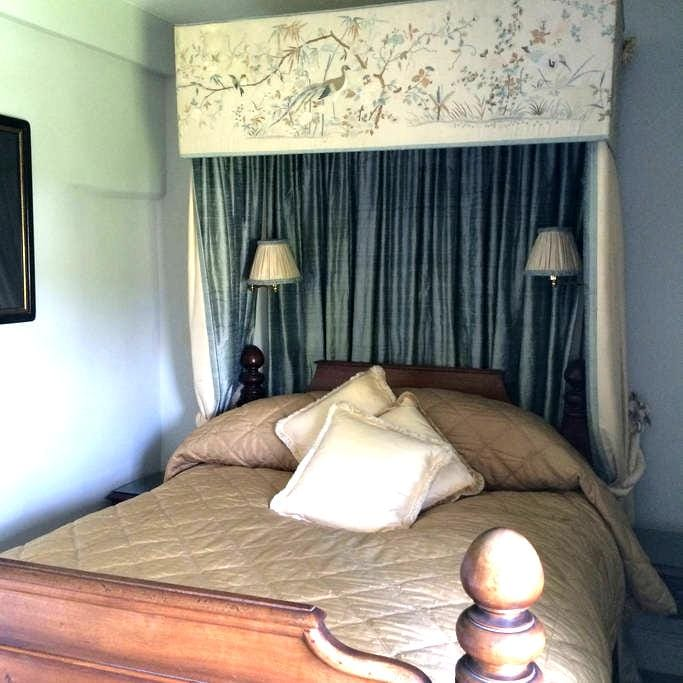 Double Bedroom with en suite shower and toilet - Corston - House