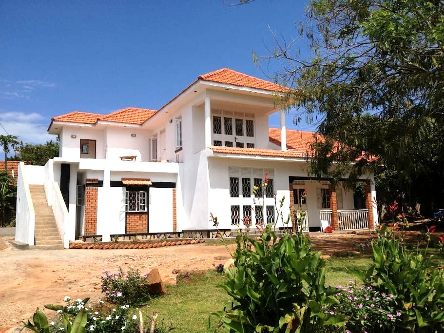 Alison & Dave's guest house - Entebbe - House