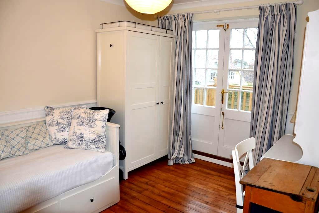 Cosy room in friendly Essex house  - Newport - House